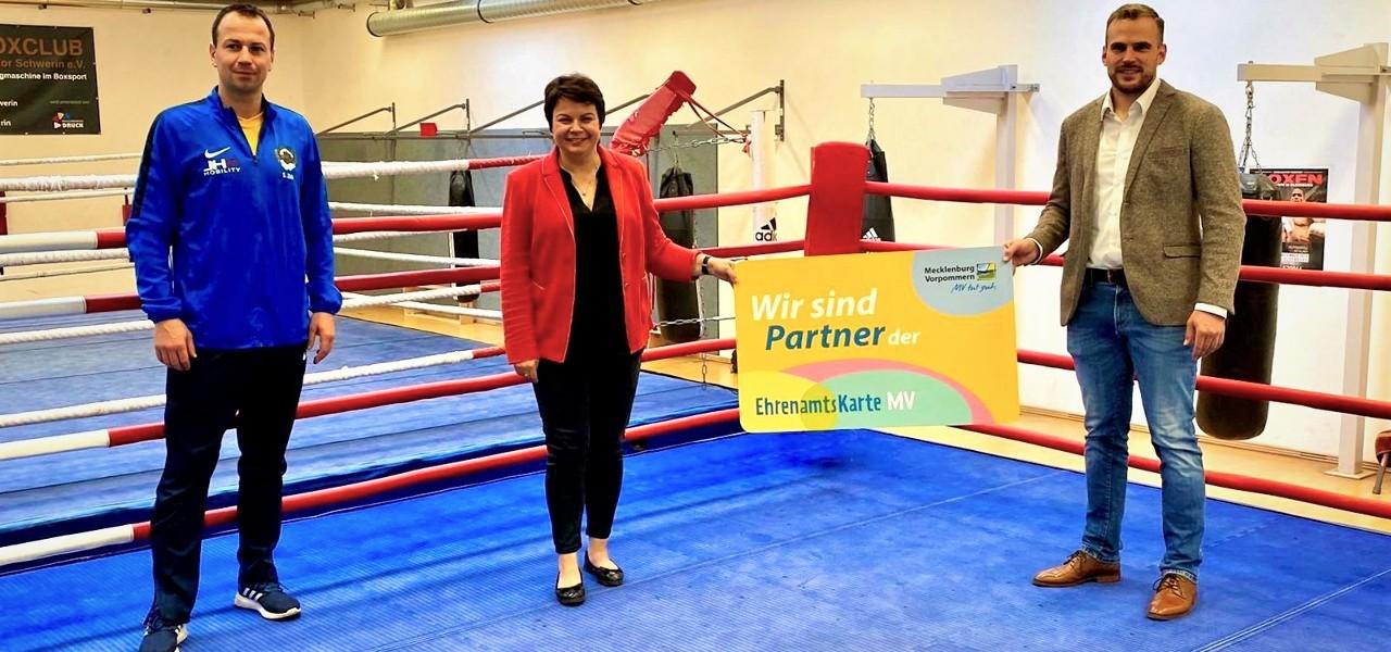 Sportministerin lobt Engagement beim BC Traktor Schwerin
